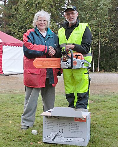 Vinnaren av Skogens Veteraners lotteri, Sture Andersson, tar emot vinsten från Karl-Erik Jansson, en av arrangörerna.